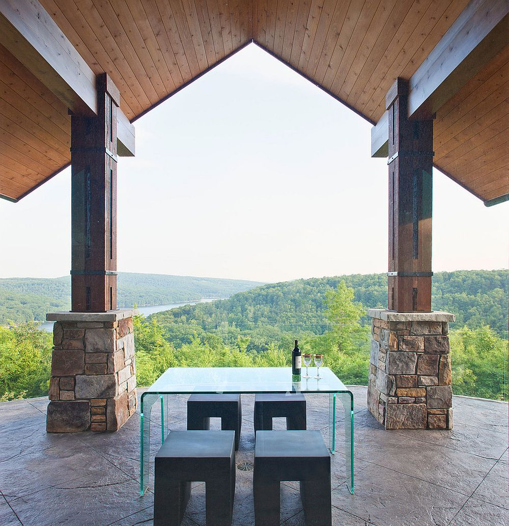 Cena mínima al aire libre con vista al bosque [Design: Charles Cunniffe Architects / Photography: James Ray Spahn]